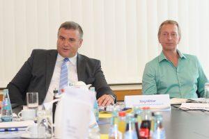 Technischer Vorstand ESWE Versorgung Jörg Höhler und Projektleiter Karl-Heinz Reif bei der Pressekonferenz. Bild: Paul Müller