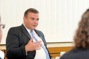 Technischer Vorstand ESWE Versorgung Jörg Höhler bei der Pressekonferenz. Bild: Paul Müller