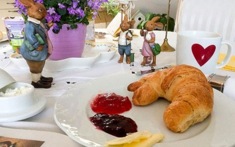 Gedeckter Frühstückstisch.
