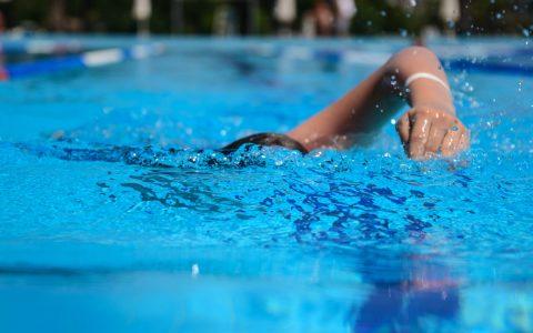 Junge Schwimmerin zieht ihre Bahnen in einem 50 Meter-Becken. ©2017 Volker Watschounek