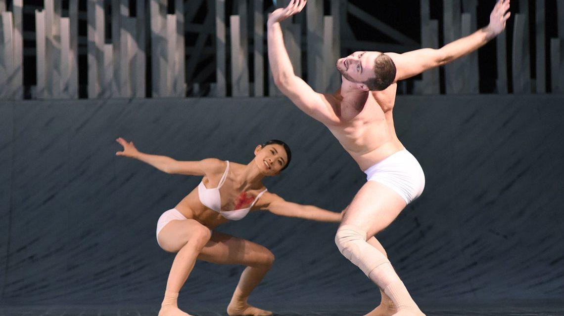 """Im Bild Miyuki Shimizu und Igli Mezini in """"Sommernachtstraum"""". Foto: Regina Brocke"""
