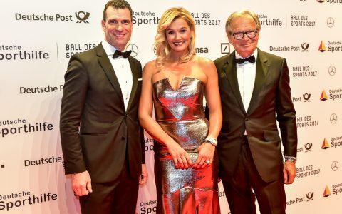 Dr. Michael Ilgner, Franziska van Almsick und Werner E. Klatten empfangen die Gäste beim Ball des Sports 2017. ©2018 Volker Watschounek