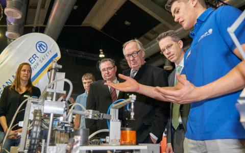 Wirtschaftsdezernent Detlev Bendel und IHL Präsident Dr. Christian Gastl auf der Ausbildungsmesse im Schlachthof. Bild: Josh Schlasius