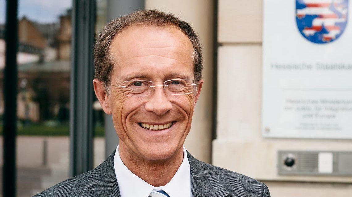 Staatsminister Axel Wintermeyer vor der Hessischen Staatskanzlei. Foto: Privat