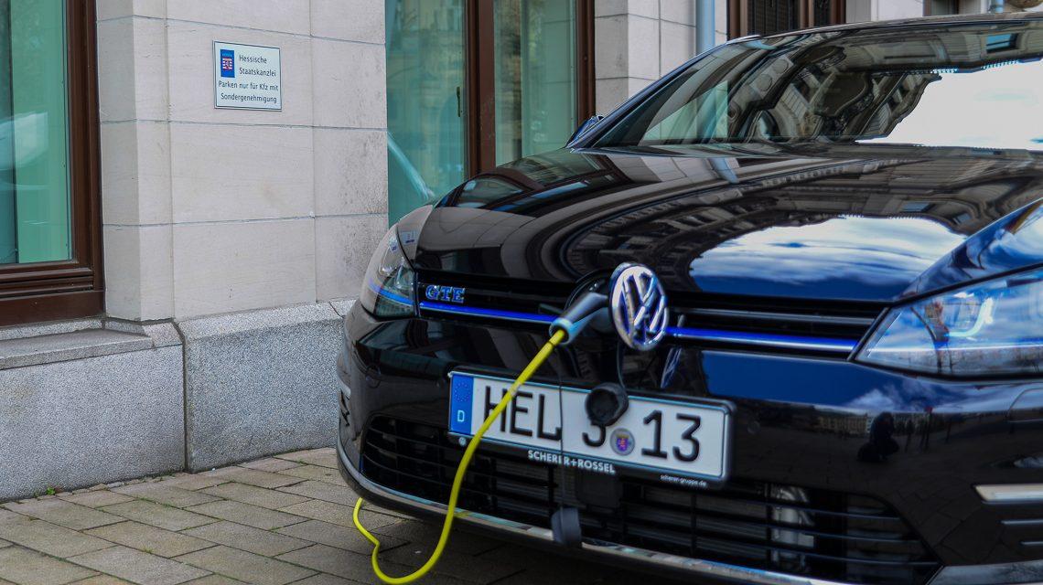 Vor der Hessisches Staatskanzlei werden Fahrzeuge aus der Steckdose aufgetankt. Foto: Volker Watschounek