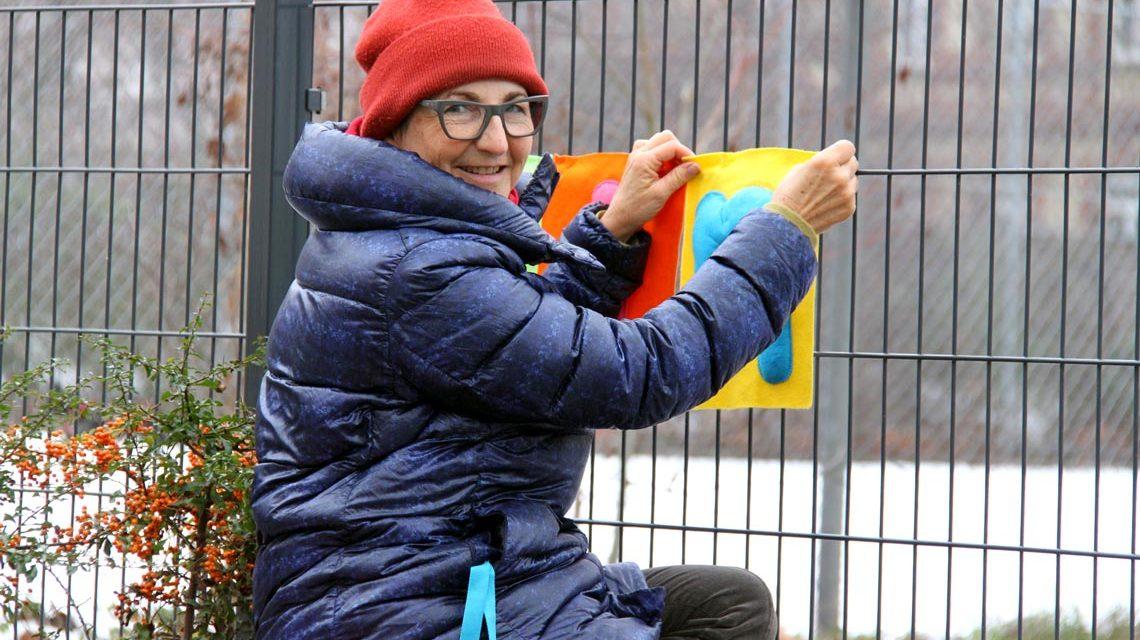Die Künstlerin Elly Dreyfus auf ihrem Streifzug durch Wiesbaden. Foto: Künstlerin