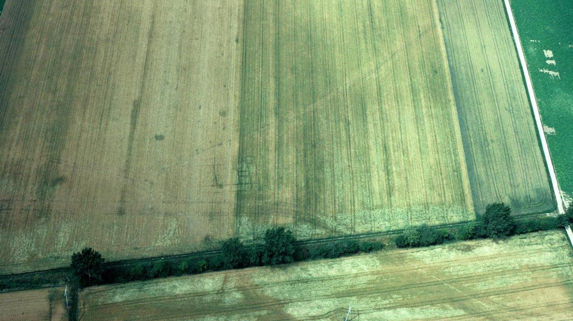 Im Bild zu erkennen ist der Grundriss eines römischen Landsitzes. Ein mittelalterlicher Weg gabelt sich davor, unterhalb führt eine Nato-Pipeline entlang. Foto: Peter Haupt