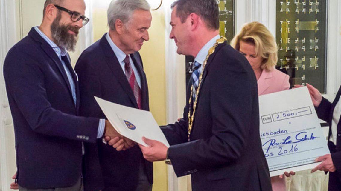 Wiesbadens Oberbürgermeister Sven Gerich verleicht den Integrationspreis. Archivfoto: Heiko Kubenka / Stadt Wiesbaden