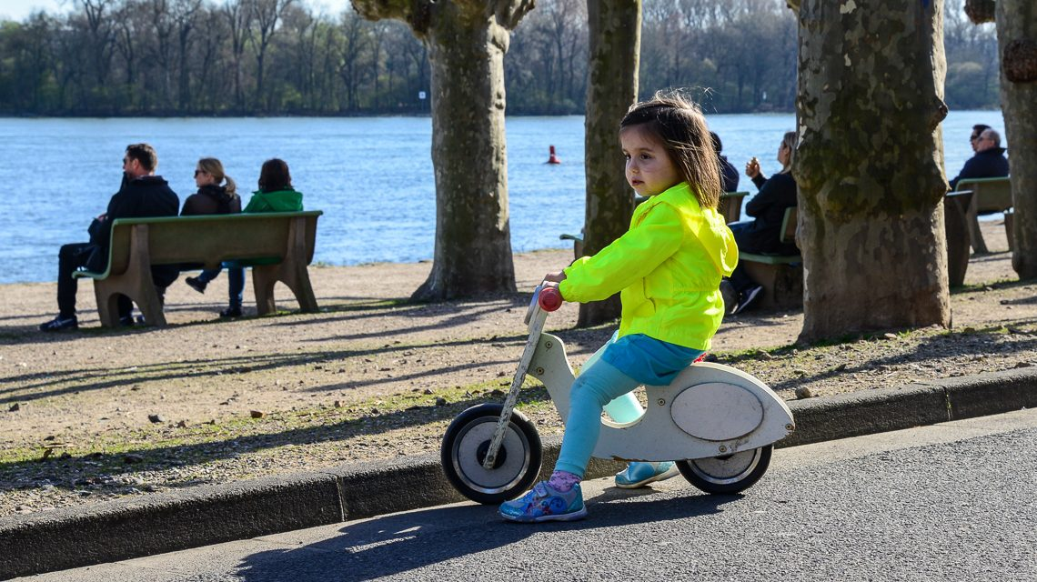 Lena, vier Jahre alt, unterwegs mit Ihrer Vespa in Wiesbaden. Bild: Catharin Siefert