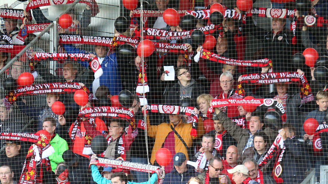 Die Fans unterstützen den SV Wehen Wiesabden. Archivbild: Severing / SVWW