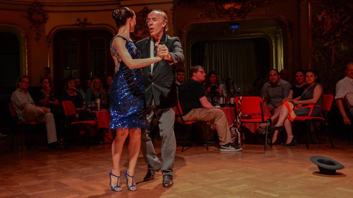 Gabriel Sala zusammen mit seiner jungen (Tanz-)Partnerin Carla Pulvermacher . Bild: Volker Watschounek