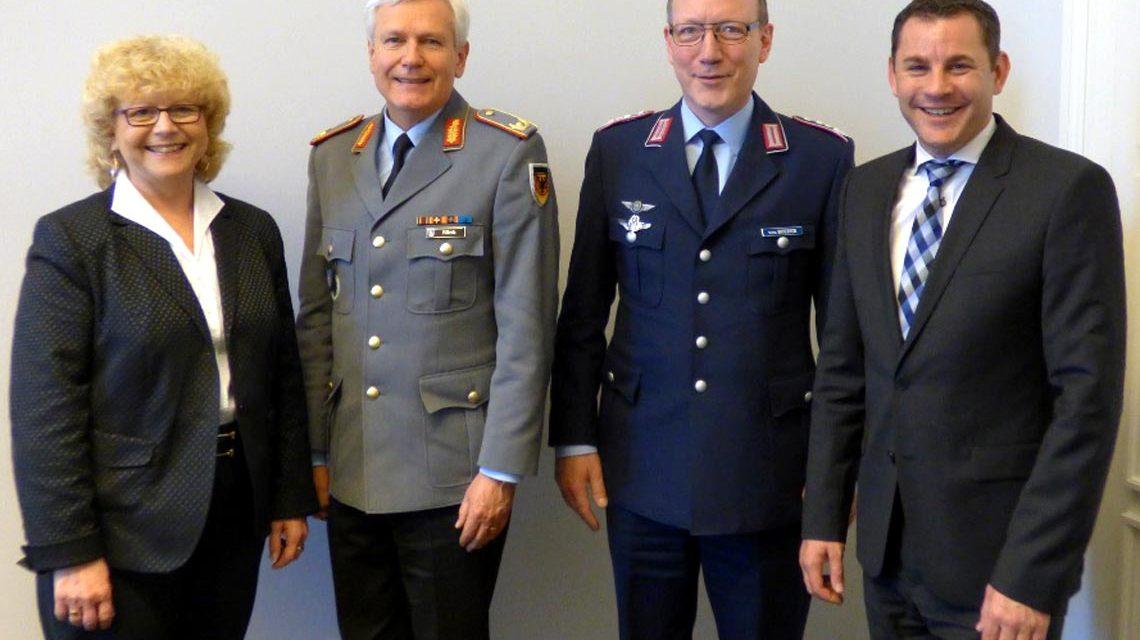 Stadtverordnetenvorsteherin Christa Gabriel, Oberst Roeder, General Klink, Oberbürgermeister Gerich Foto: Stadt Wiesbaden