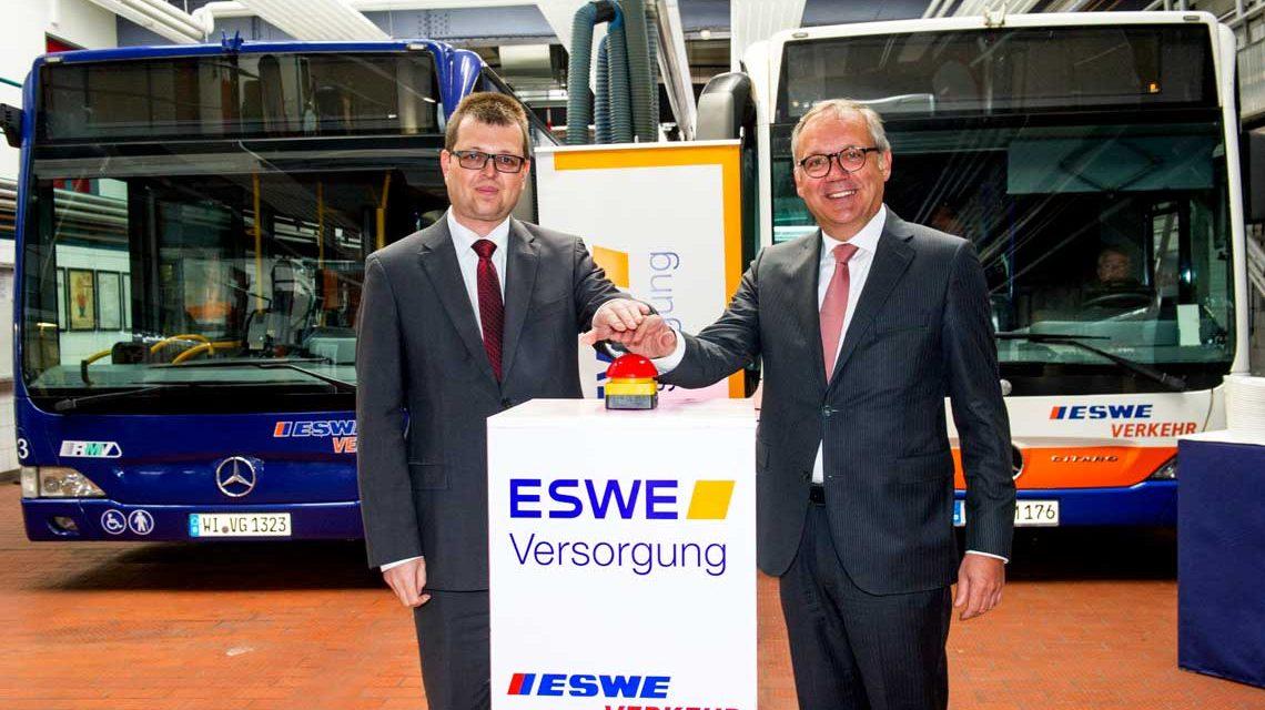 Ralf Schodlok (rechts), Vorstandsvorsitzender der ESWE Versorgungs AG, und Jörg Gerhard, Geschäftsführer von ESWE Verkehr, nehmen mit einem gemeinsamen Knopfdruck die neue LED-Beleuchtungsanlage in Betrieb
