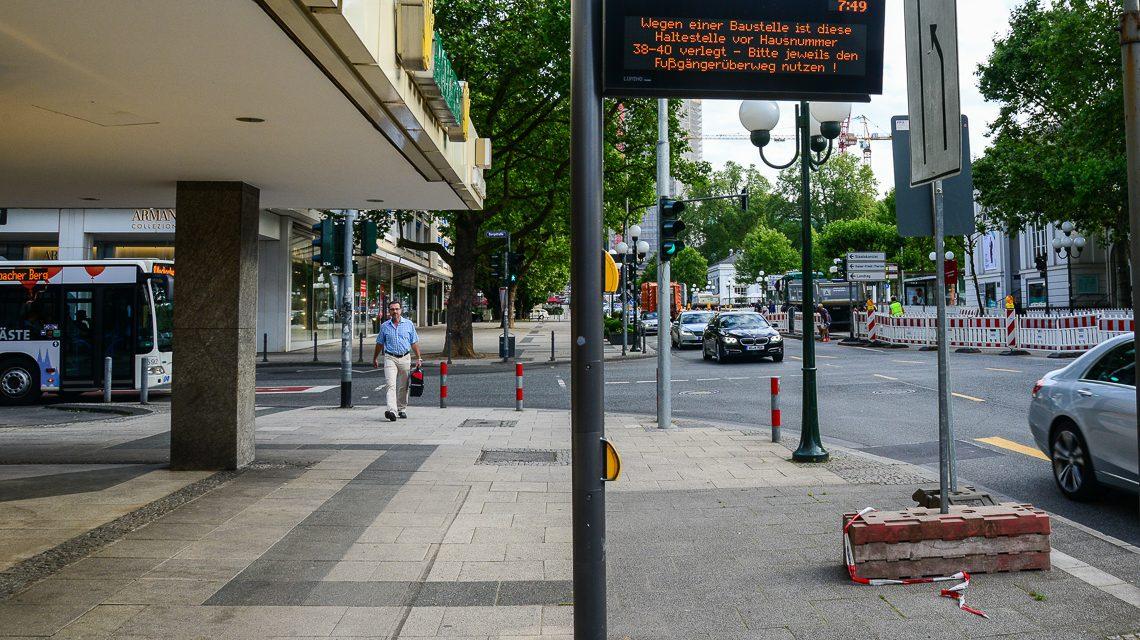 Archivbild: Informtionsanzeige an der Bus-Haltestelle in der Wilhelmstraße. Bild: Volker Watschounek