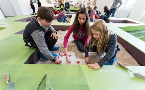 Ostern im Museum – Kinder erforschen das Erdreich. Bild: Museum Wiesbaden