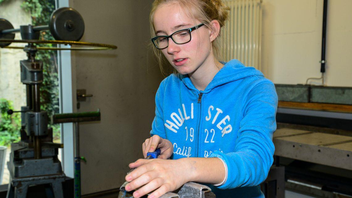 Metall fasziniert nicht nur Jungen. Auch Mädchen arbeiten gerne mit Feile und Fräse. Bild: Volker Watschounek.de