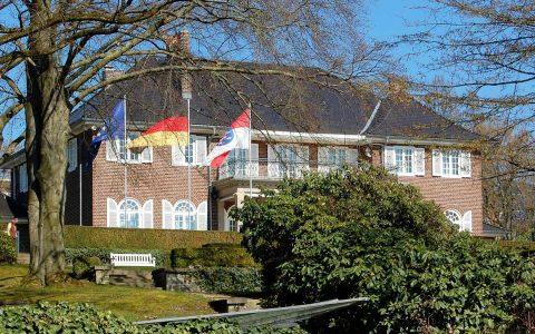 Der Münchener Architekt Ernst Haiger erbaute 1928/1929 die repräsentative Villa für die Familie Schertel von Burtenbach im englischen Landhausstil. Heute wohnt hier der hessische Ministerpräsident. Bild: Rainer Niebergall