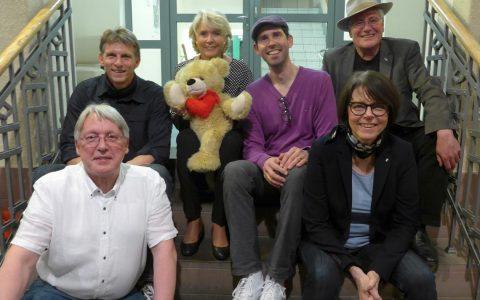 : Große Freude über einen gelungenen Abend: Ulrike Neradt (mit Bär), die Band Best Age und Gabriele Müller. Bild: Bärenherz Stiftung