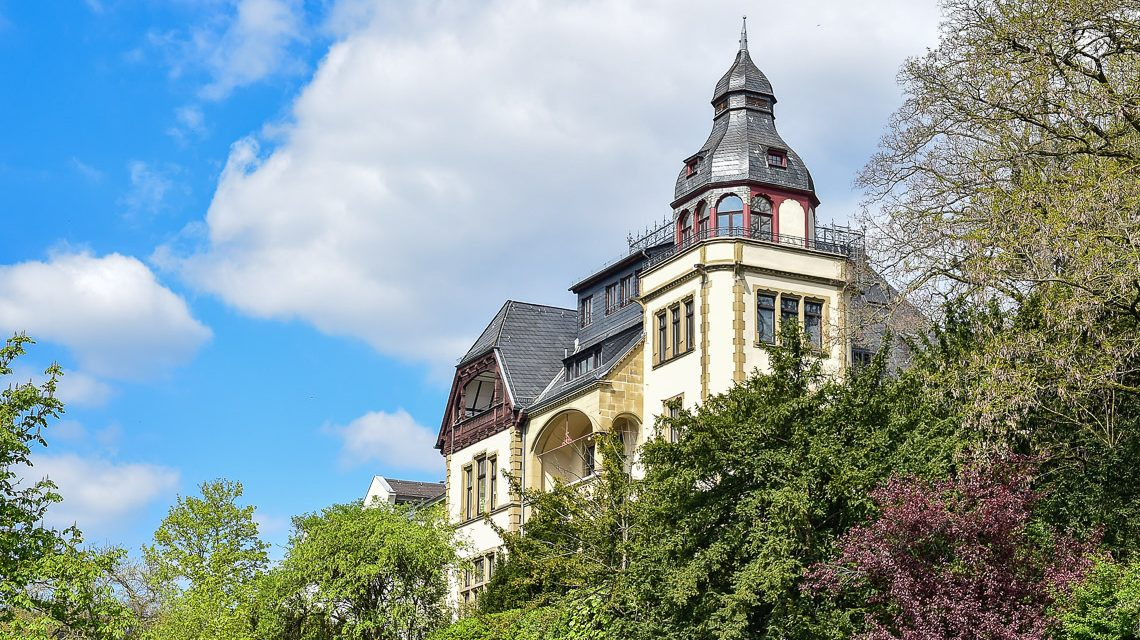Ist der Himmel grau, geht diese prachtvolle Villa unter. Hier strahlt sie. Bild: Volker Watschounek