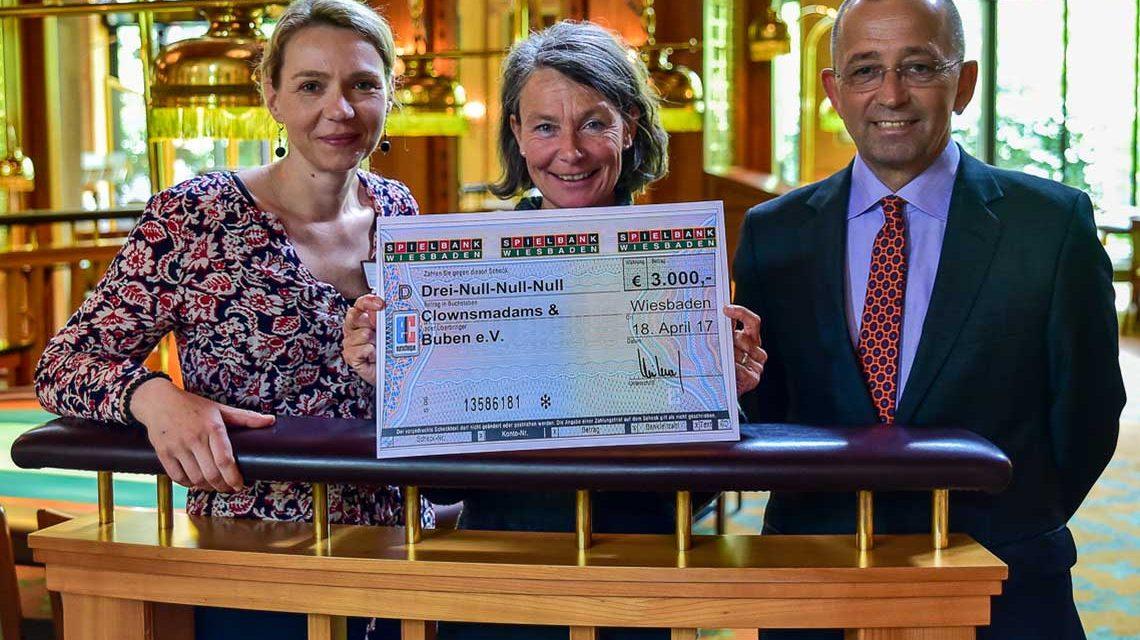 Ana Eisold, Sibylle Magel und Spielbank Geschäftsführer Andreas Krautwald bei der Scheckübergabe in der Spielbank Wiesbaden