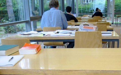 Am Vormittag an der Drehbank stehen und nachmittags in der Bibliothe sitzen. Bild: Holger Dietrich