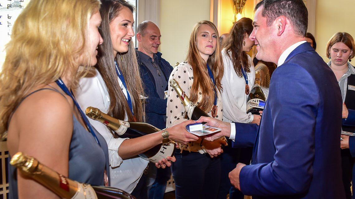 Oberbürgermeister Sven Gerich gratuliert Volleyballerinnen