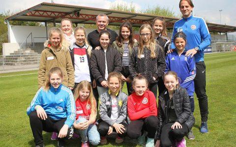 Der Girls Day ist ein Tag zum Berufe schnuppern. So schnupperten auch 13 Mädchen die Trainngsluft beim SV Wehen Wiesbaden. BILD SVWW