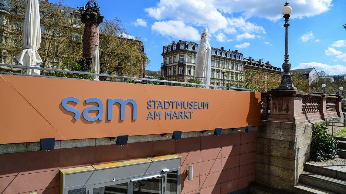 """Stadtmuseum am Markt - Die Treppe hinunter und rein ins """"sam"""" – dem Stadtmuseum am Markt. Bild: Volker Watschounek"""