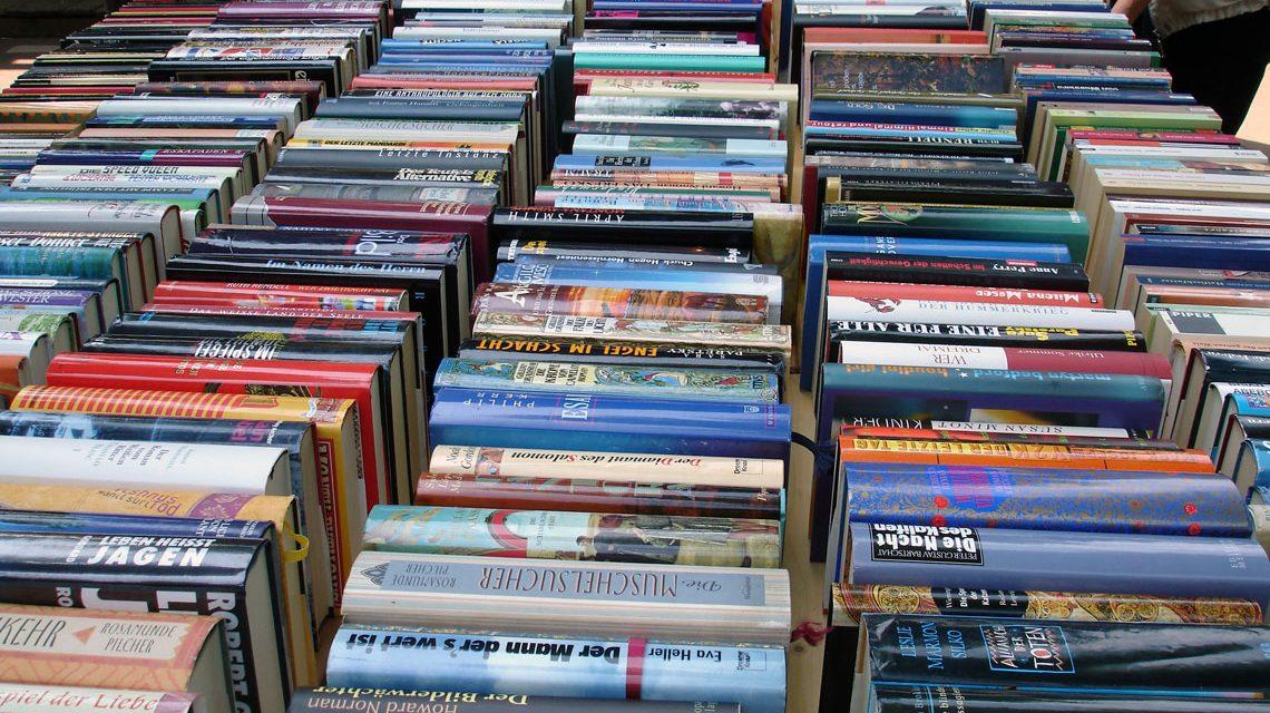 Bücher kaufen. lesen und weitergeben. Bei gefallen ein Buch mitnehmen. Tauschen oder Helfen. Bild: Dietmar Meinert / pixelio