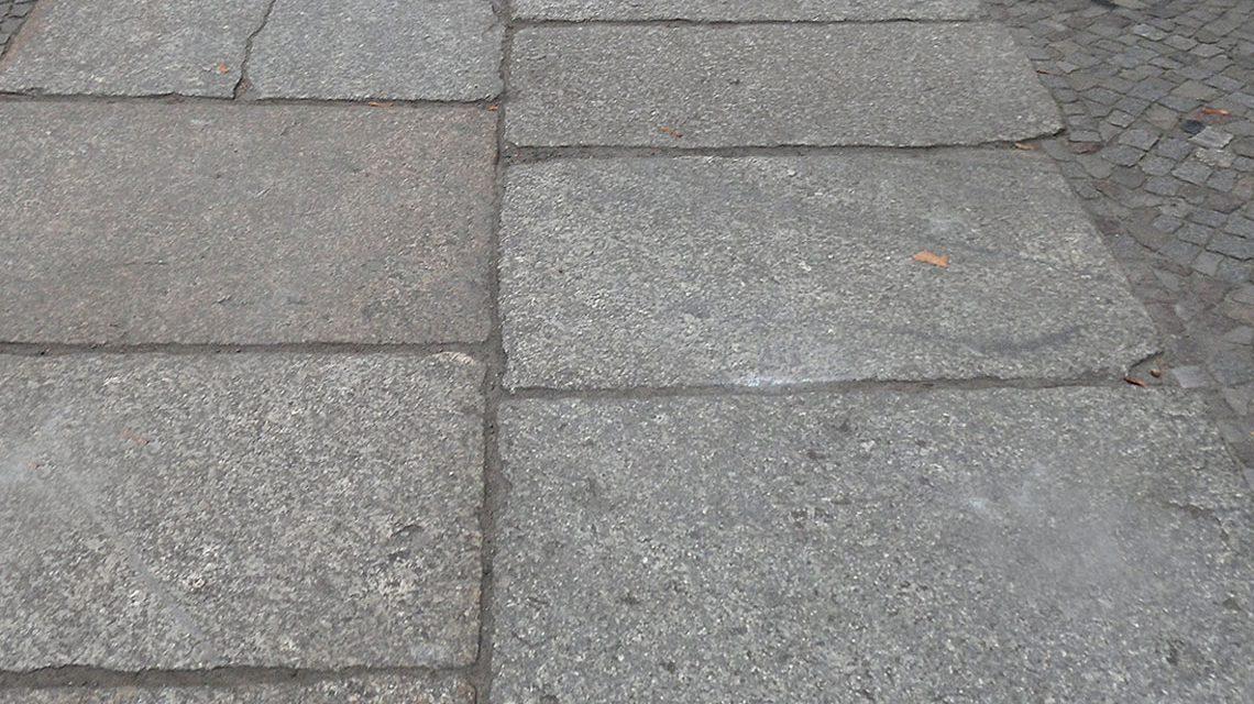 Stolperfallen durch ältere Gehwegplatten Bild: Noonola / cc / Flickr