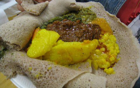 Afrikanisches Essen, Messer und Gabel kennt es kaum, Und Kindergeschmäcker… Bild: Mack Male / CC-BY Flickr