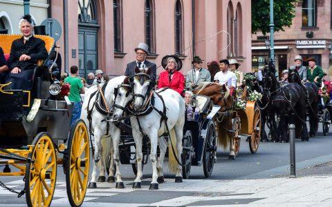 Der Kutschen-Korso kommt über die Taunusstraße Burgstraße zum Schlossplatz gefahren ... Bild: Volker Watschounek