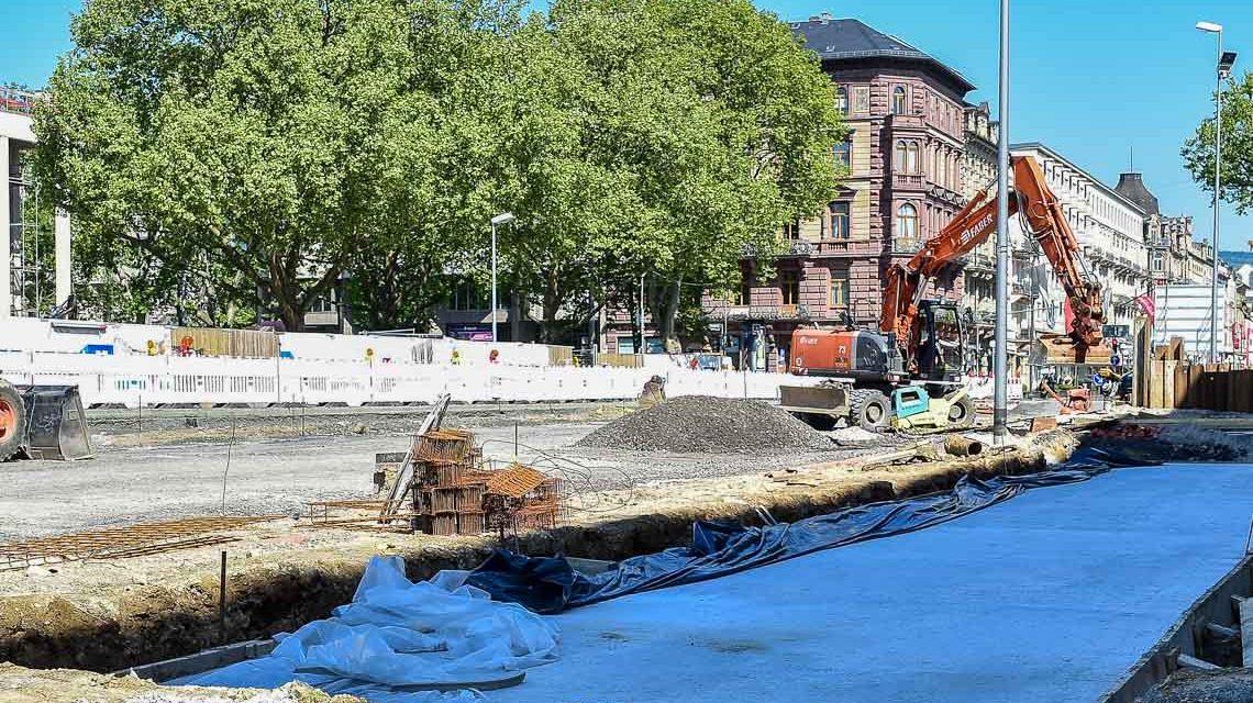 Die neue Vorplatzgestaltung zwischen Museum und RMCC nimmt sichtbare Formen an. Bild: Volker Watschounek