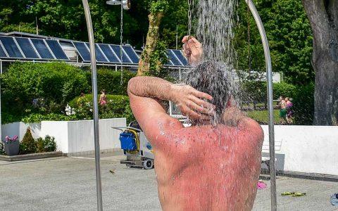Bei 30 Grad Plus ist die Abkühlung unter der Dusche gern gesehen. Bild: Volker Watschounek