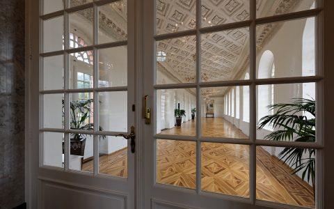 Blick in den Ostflügel von Schloss Biebrich. Hinter der Türe liegen 160 Quadratmeter, die mit 96 bis 150 Plätzen bestuhlt werden können. Bild: Ralf Brinkmann