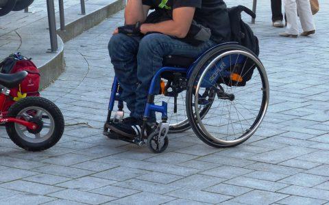 Rollstuhrfahrer in der Öffentlichkeit. Bild YouWatch / CC-BY Flickr