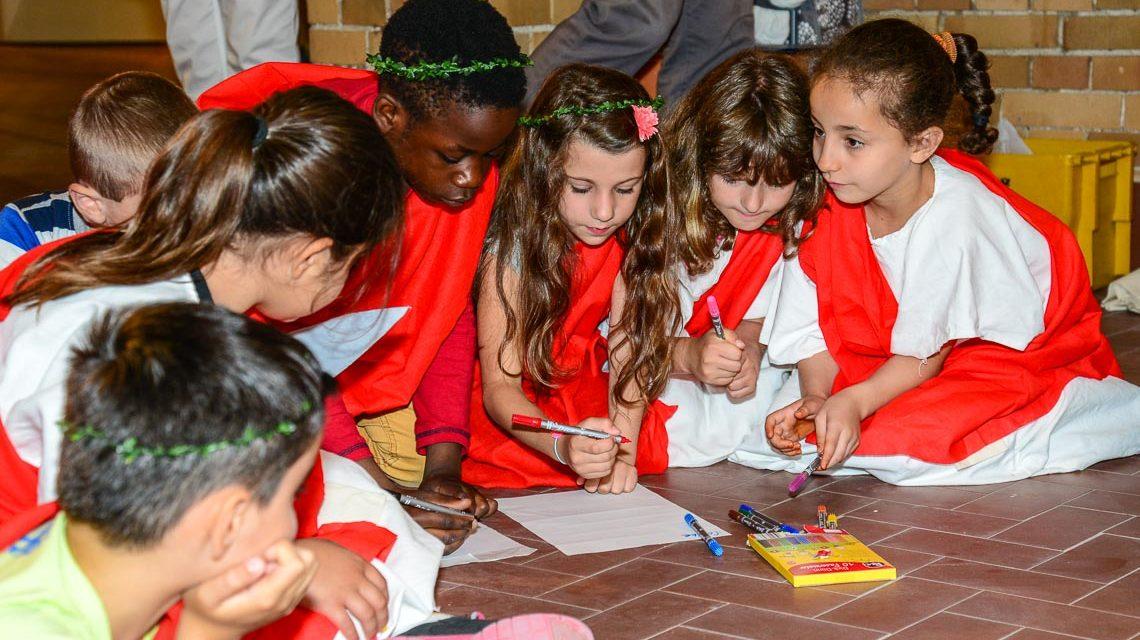 Spielerisch nähern sich die Kinder an die Ausstellung. Bild: Volker Watschounek