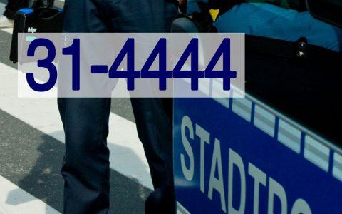 Stadtpolizei im Einsatz, mit Köfferchen und Tränengas. Bild: Volker Watschounek