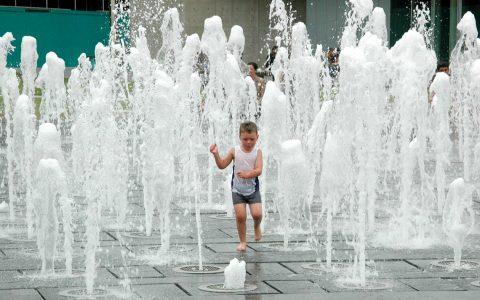 Kinder habe Freude an Wasserspielen. Da ist es gleich, wo die Wasserspiele stehen. Bild: Ralf Brinkmann