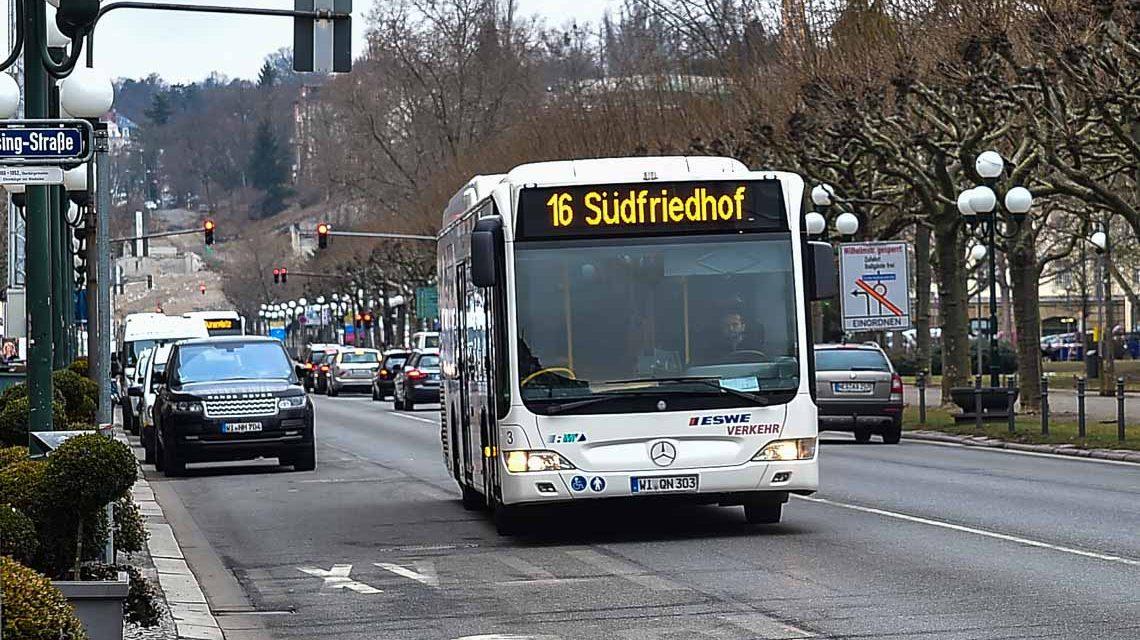 """Linienverkehr auf der Wilhelmstraße: normaler Alltag """"im 10 Minutentakt"""". Bild: Volker Watschounek"""