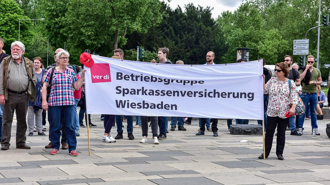 Warnstreik vor dem Wiesbadener Bahnhof