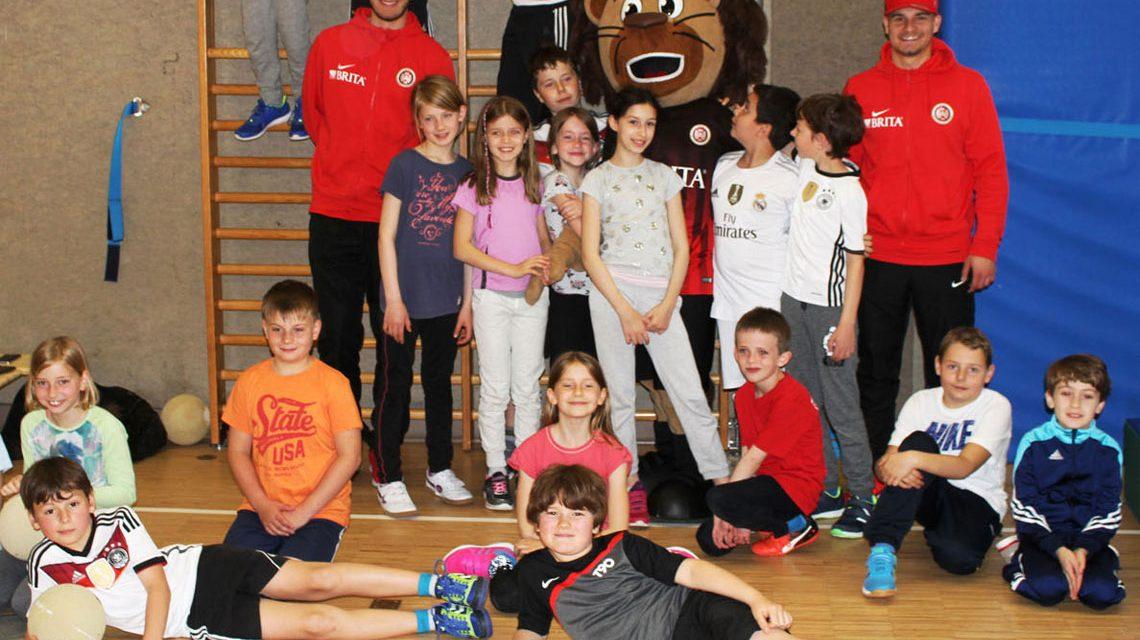 Schüler der 4. und eine 3. Klasse der Ernst Göbel-Grundschule in Kloppenheim. Bild: SVWW