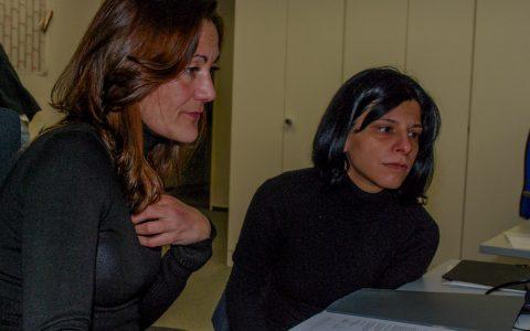Arbeitsvermittlerin Myriam Timm im Beratungsgespräch mit der Spanierin Ana O. Die 32-Jährige würde gerne im Hotelfach arbeiten. Archivbild: Volker Watschoiunek