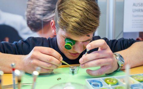 Ausbildungsberufe ... im Bild ein feinmechaniker. Foto: flickr / Andreas Franke