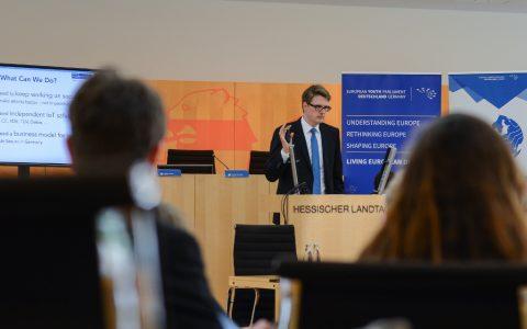 Die Teilnehmenden der Sitzung des Europäischen Jugendparlaments in Wiesbaden diskutierten über Digitalisierung und Sicherheit.
