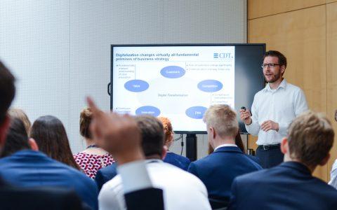 Die Teilnehmenden der Sitzung des Europäischen Jugendparlaments in Wiesbaden diskutierten über die Digitale Transformation von Unternehmen.