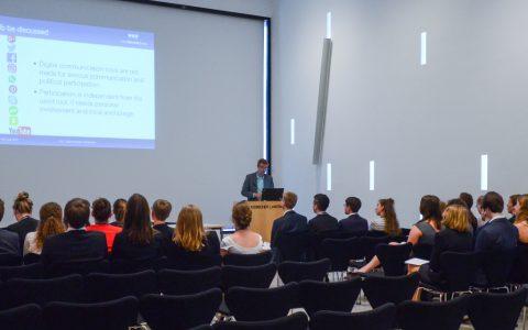 Die Teilnehmenden der Sitzung des Europäischen Jugendparlaments in Wiesbaden diskutierten über Kommunikation in der digitalen Welt.