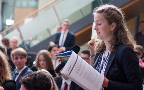 Teilnehmerin bei der Parlamentarischen Vollversammlung des Europäischen Jugendparlaments.