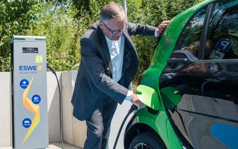 Ralf Schodlok, Vorstandsvorsitzender der ESWE Versorgungs AG, eröffnete mit einem ersten Tankvorgang offiziell die neue Elektroladesäule in der Konradinerallee. Bild: Volker Watschounek