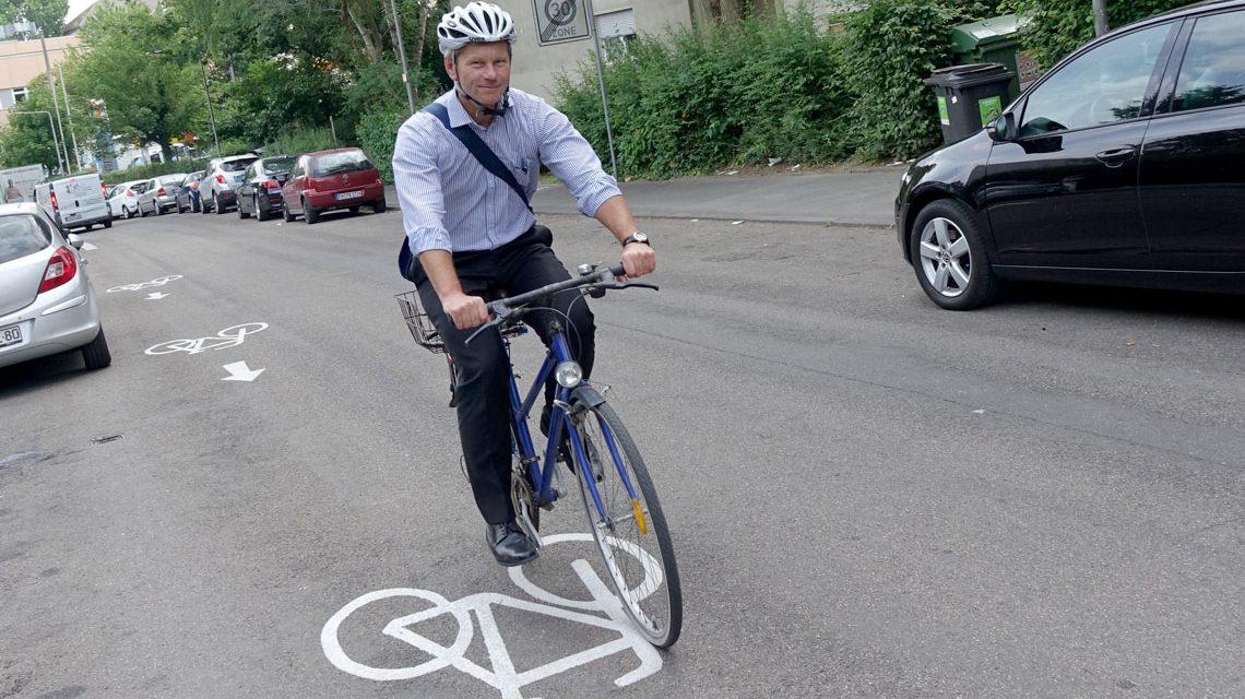 verkehrsdezernent Andreas Kowol radelt auf der Hollerbornstraße entgegen der Fahrtrichtung, erlaubterweise.